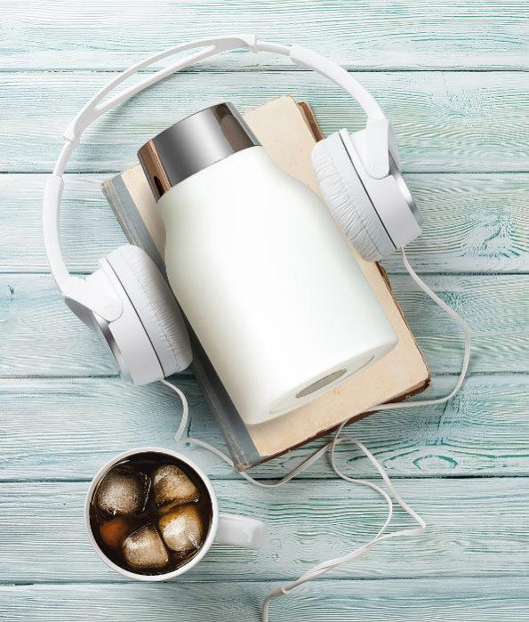 cold brew białe ze słuchawkami